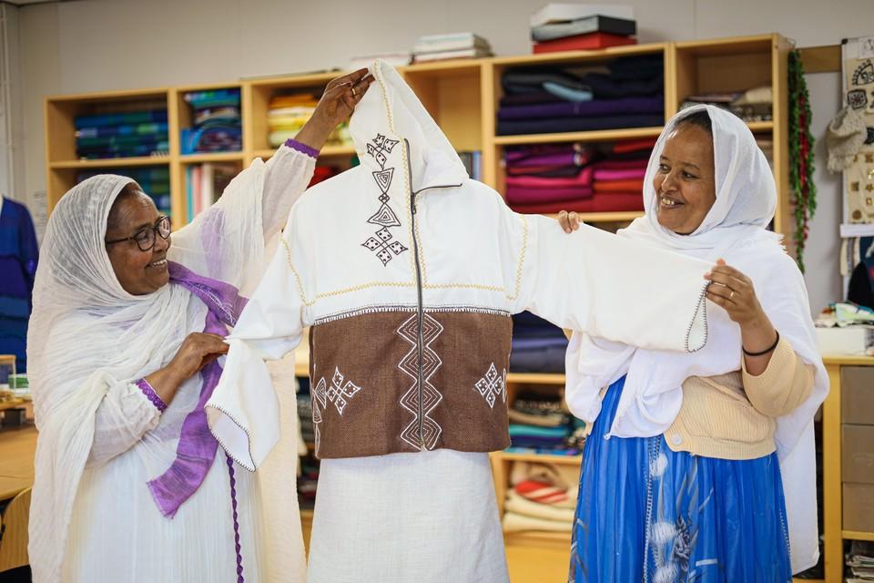 Akberet (links) en Mebrahati met de Eritrese jas in het kader van de Vredesweeek.