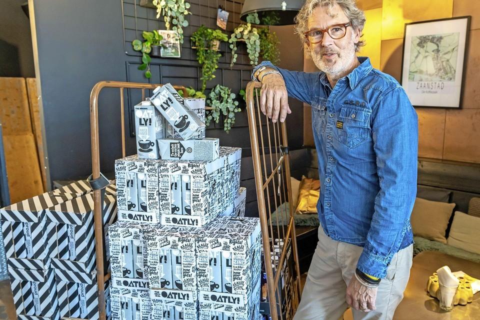 Martin Bergsma van De Koffiezaak heeft na ruim twee weken weer havermelk op voorraad.
