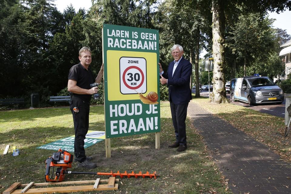 Aan de Eemnesserweg staat sinds donderdag een attentiebord die wijst op de maximumsnelheid.