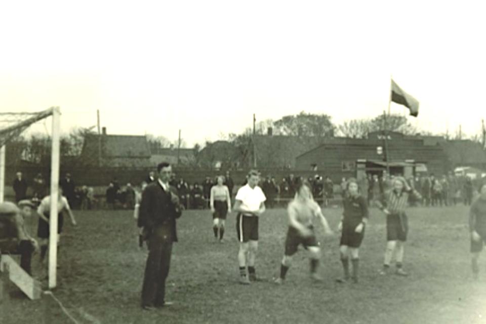 Het dameselftal van VV Akersloot in 1938. De scheidsrechter (vooraan) is keurig in pak, de dames hebben niet echt een uniform clubtenue.
