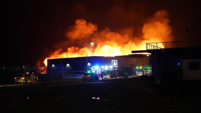 Grote brand op bedrijventerrein in Zwaag [video's, foto's]