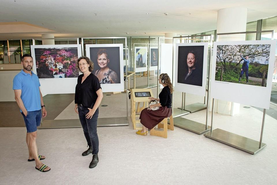 Fotograaf Edwin Kooren, die afasie heeft en logopediste Christine Versluis bij de expo in OBA.