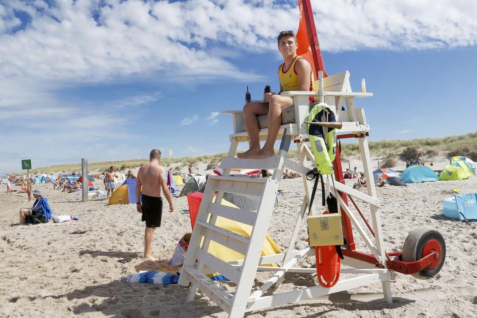 Milo van Ravenswaaij (17) houdt overzicht vanaf zijn hoge badmeesterstoel.