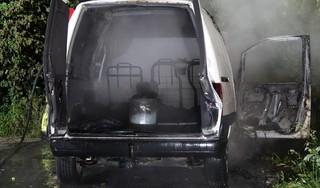 Brand in bestelbus in Westknollendam, waar drie vaten met benzine in blijken te staan [video]
