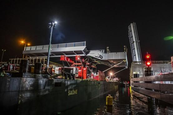 Nachtelijk hoogstandje: Tweede brugdek Leegwaterbrug op z'n plek gelegd