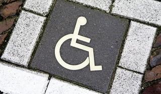 Forse prijsverschillen in parkeerkaarten voor gehandicapten in deze regio. Waar betaal je je blauw en waar valt het mee?