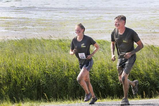 Besmeurde Maud en vader Jeroen laten Wad achter zich tijdens Wieringer Obstacle Run