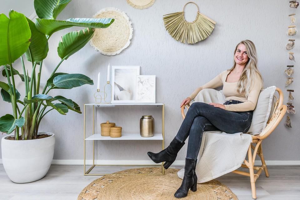 Petra Nuijens in haar zolderkamer waar ze haar interieurbedrijf heeft voortgezet.