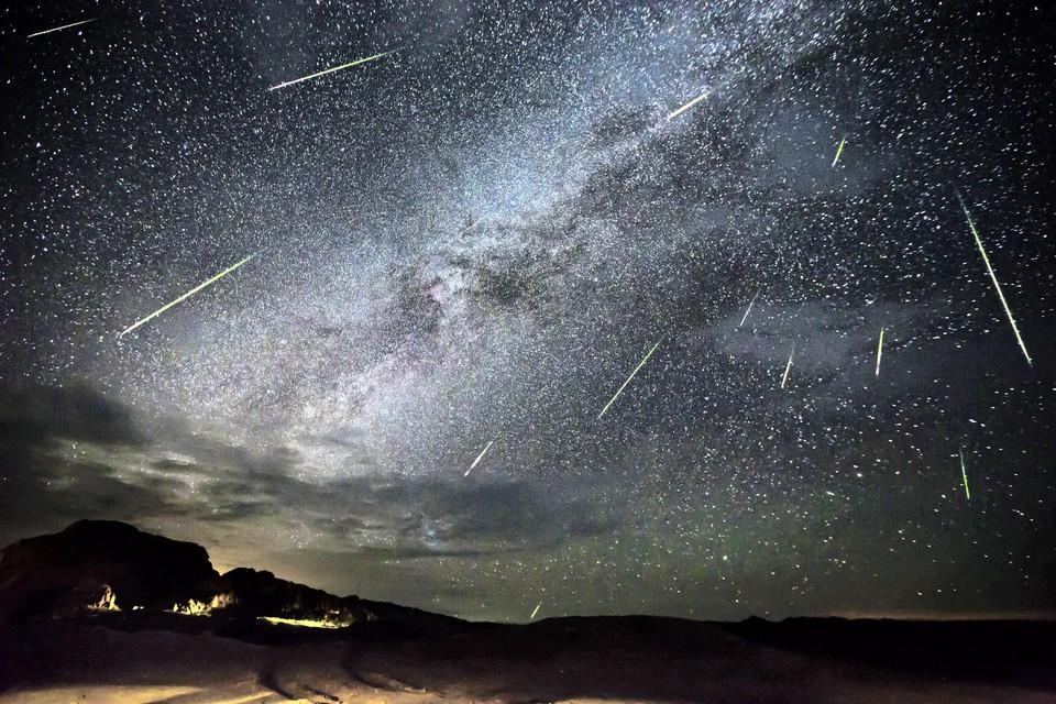 Meteoren van de Perseïden regenen door het heelal.