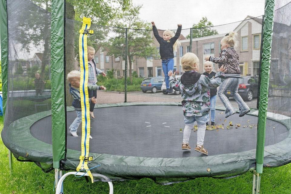 Er staat hier nog een trampoline zonder veiligheidsnet, die wordt dit weekend weggehaald. Ik heb er expres een met net gekocht.
