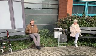 Je moet als bejaarde wat in deze eenzame coronatijd. Daarom zoekt een groepje Purmerendse 'hangouderen' elkaar dagelijks buiten op voor een sigaretje en een praatje: 'Bij regen staan we onder het afdak'