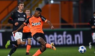 Brian Plat laat zien ook als centrale verdediger goede optie te zijn voor FC Volendam-trainer Wim Jonk: 'Ik voel me prettig in het centrum'