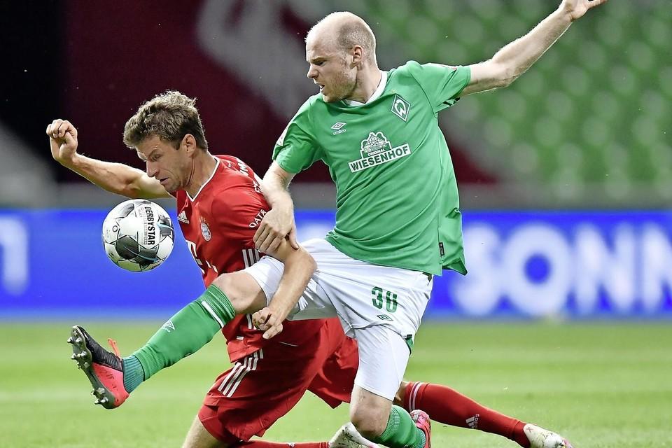 Davy Klaassen in het shirt van Werder Bremen (rechts) en Thomas Müller van Bayern München.