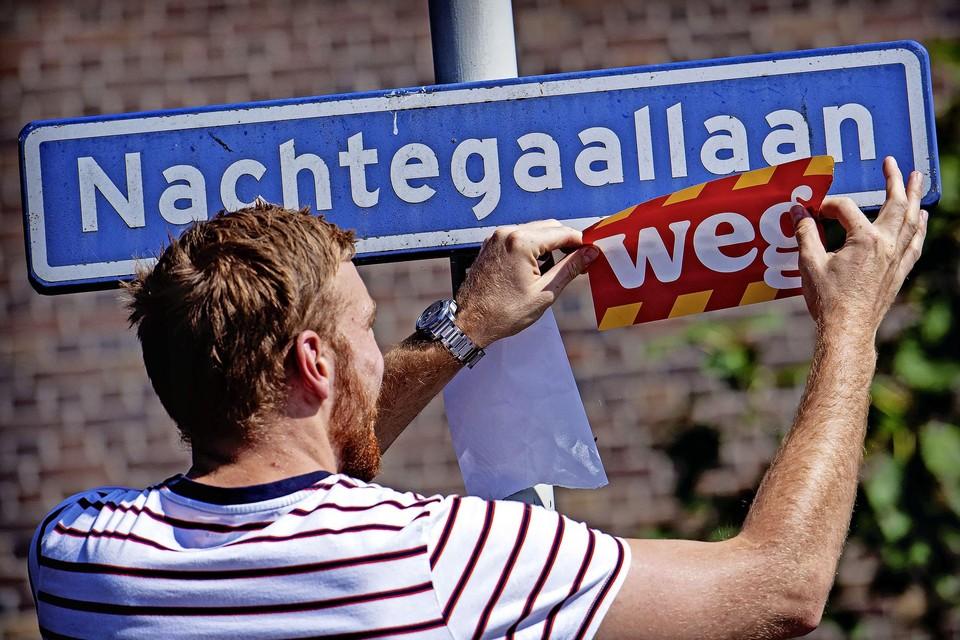 Door het hele land hebben vrijwilligers voor Greenpeace straatnaamborden aangepast.