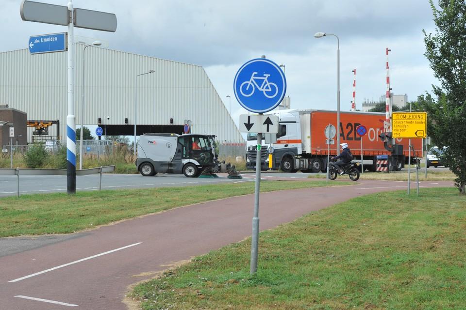 De kruising van Pontweg met de Concordiastraat in Velsen-Noord. Veel automobilisten en truckers komen er te hard aanrijden.