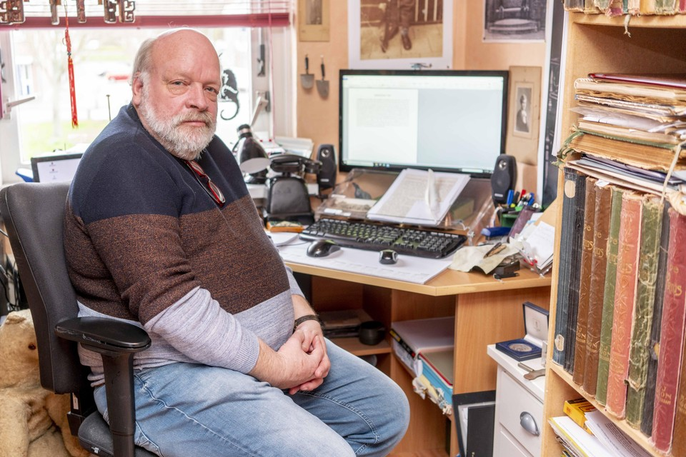 Cees Rondel in zijn werkkamer waar hij de rubriek Afgestoft schrijft.