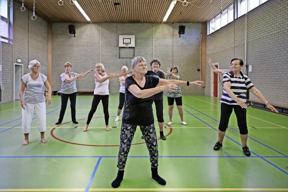 Gymjuf Margriet Stapel doet voor de gymdames in Wijdenes nog één keer voor hoe zij zich moeten bewegen. ,,Er is niemand die me opvolgt als juf; de groep stopt nu ook.''