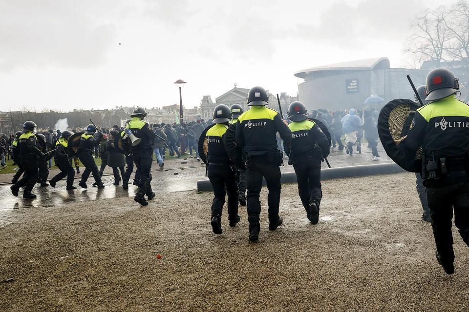 De politie grijpt in tijdens de demonstratie op het Museumplein, afgelopen zondag.