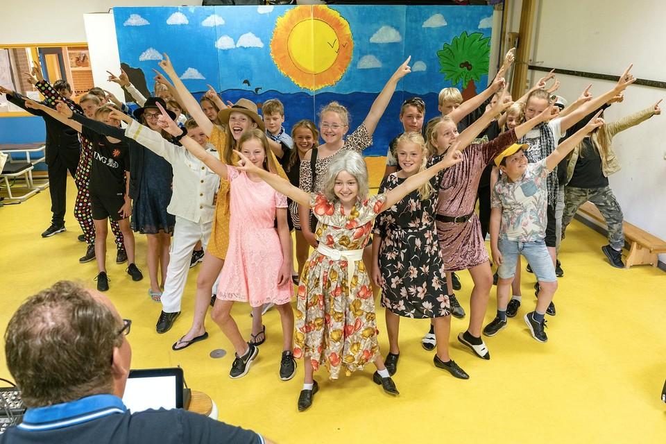 De kinderen van groep 8 van De Zandloper repeteren voor hun musical.