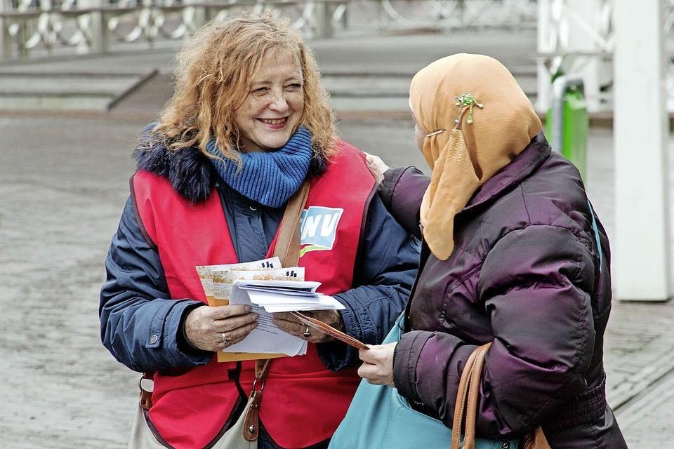 Dejo Overdijk (links) van de Actiegroep Zaanse Bijstand.