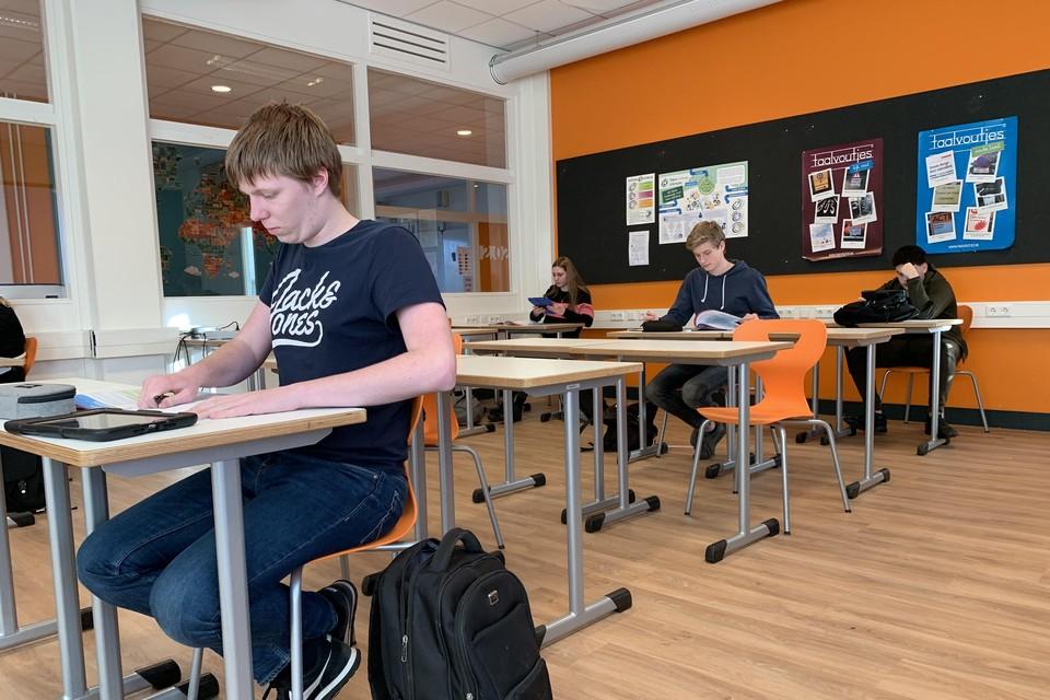 In het lokaal Nederlands op de school d'Ampte in Hoorn is de afstand tussen leerlingen in de klas al naar de anderhalve meter-norm verhoogd.