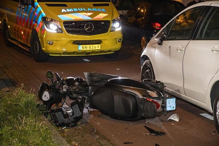 Auto en scooter op elkaar gebotst in Haarlem, scooterrijder gewond