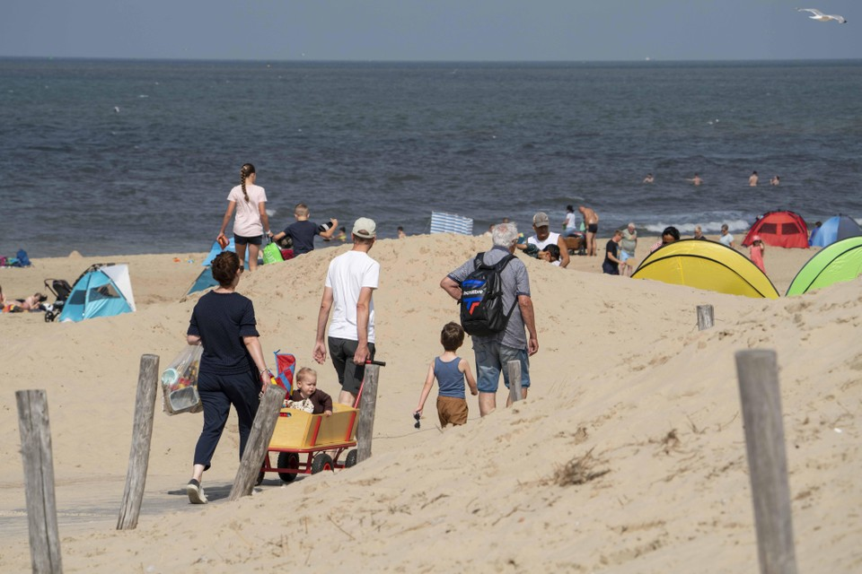 Het mooie weer trekt woensdagmiddag al de nodige strandgangers.