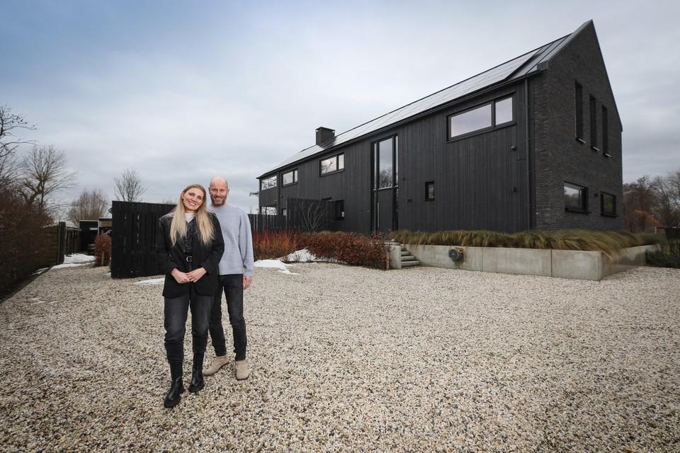 Michel en Rianne Grummel bij hun nieuwe paleis.