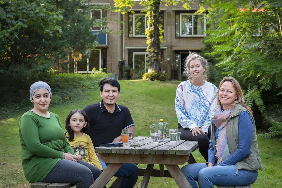 Het gezin Ailijiang, Beitkse Kooistra en Franka Insinger in de tuin van hun tijdelijke verblijf Landgoed Dennenheuvel.