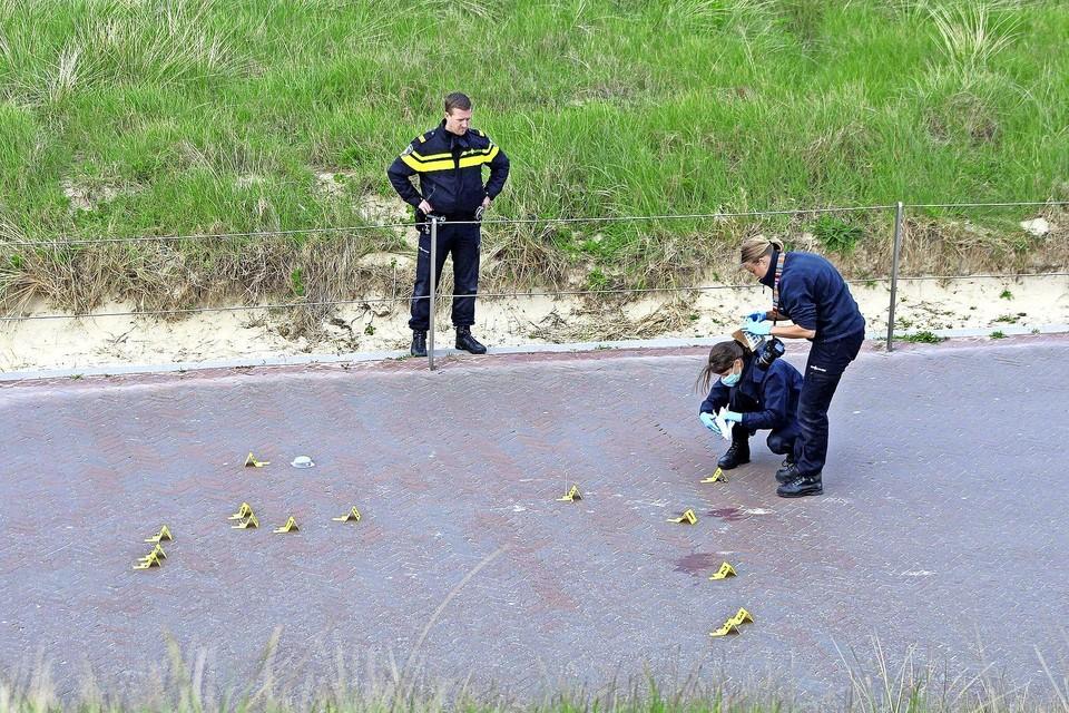 De politie doet de ochtend na de bijna fatale mishandeling uitgebreid sporenonderzoek in Egmond aan Zee.