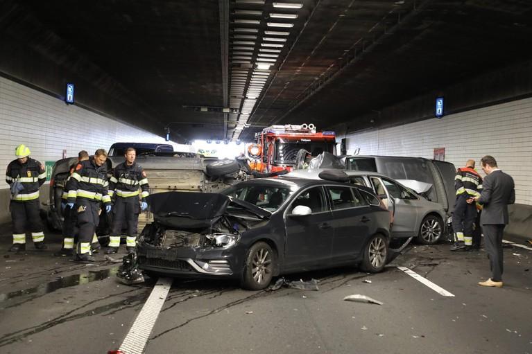 Ravage in Wijkertunnel door ongeluk, A9 richting urenlang Alkmaar dicht