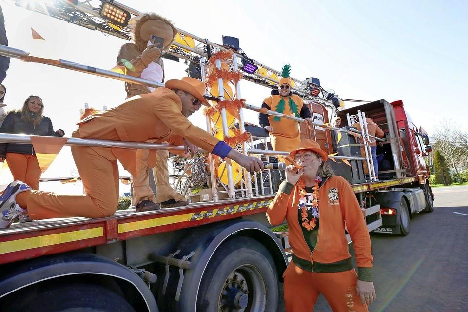 Marcel Meijer en zijn feestploeg startte de 'Voortuintour' bij de Polderresidence aan de Stoomweg, tot groot enthousiasme van de bewoners.