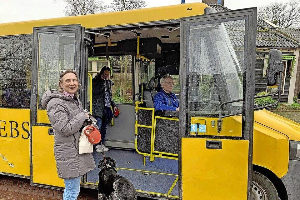 Laura Bromet stapt op de bus in Ilpendam.