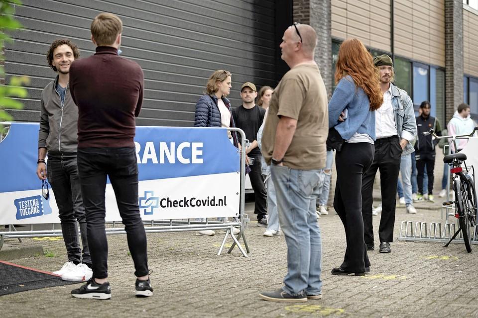 Mensen in de rij bij 'Testen voor Toegang', toen de clubs en discotheken nog open waren.