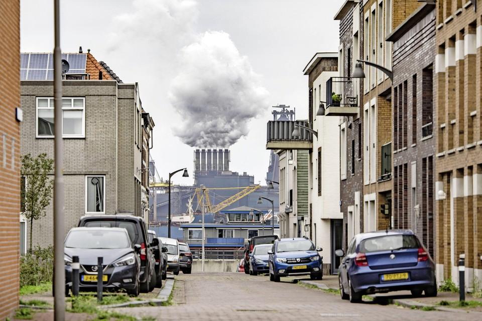 Tata Steel gezien vanuit IJmuiden. Het Waterlandakkoord maakte flink wat nieuwbouw mogelijk in Oud-IJmuiden.