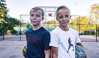 Tweelingbroers Jos en Teun Koedijk brengen als straatvoetballers mensen aan het lachen: 'Het mooiste is als er een grote groep om je heen staat en je een panna geeft. Dan komt er echt wat los' [video]