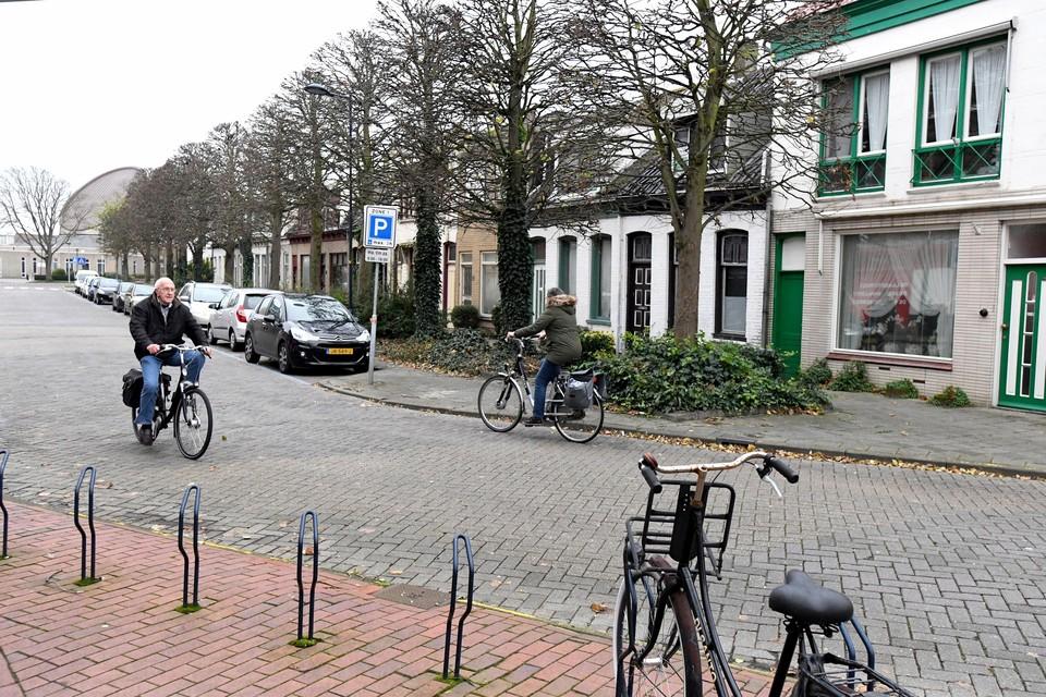 De bewoners van gemeentelijke woningen aan de Koningdwarsstraat kunnen nog even blijven zitten.