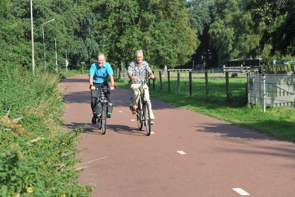 Jan Koper en Eric Kok op Holland op zijn Smalst in Beverwijk. De brandnetels hangen over het fietspad en nemen zo een stuk weg.