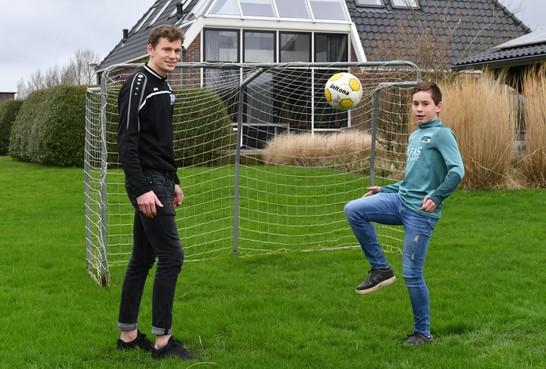 Broertjes Thomas (Kolping Boys) en Mathijs Menu (AZ) leven voor het voetbal. 'Ik ben trots op Mathijs'. 'Dat heb je nog nooit tegen mij gezegd.'