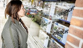 Overspannen woningmarkt dreigt ook makelaars te nekken. 'Een gemiddeld kantoor in Alkmaar leeft van de verkoop van één woning per week'