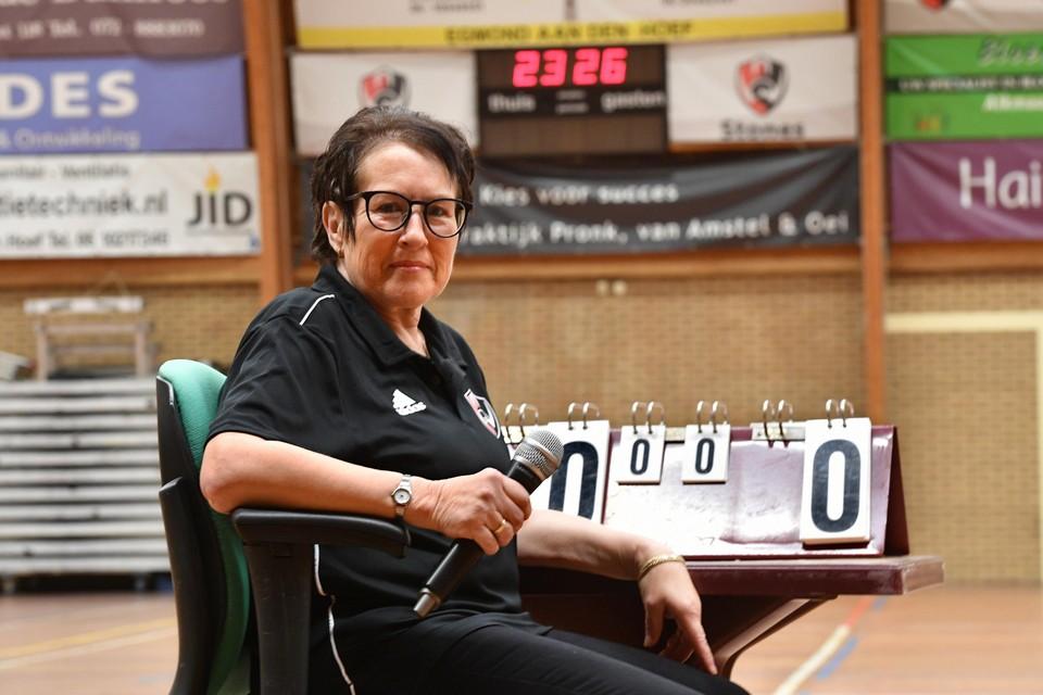 Wilma Müller met microfoon in de hand op haar vertrouwde plek in sporthal de Watertoren bij de thuiswedstrijden van White Stones.