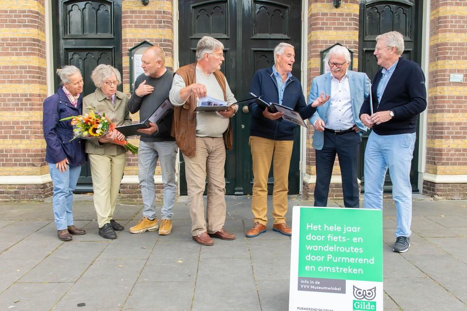 ,,Het is eervol dat er nu zo'n boek is en dat zijn kennis niet verloren gaat'', vindt Jan Dekkers' weduwe Riet (tweede van links).