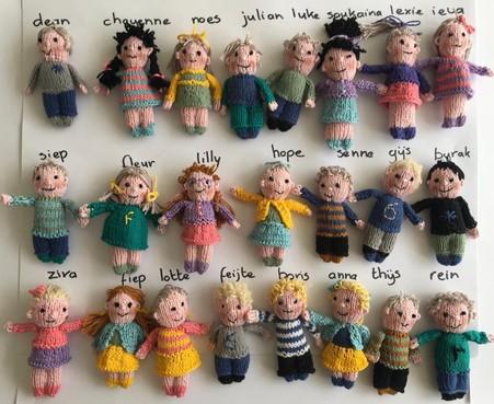 Juf Ingeborg van de Haarlemse Dr. H. Bavinckschool breit 23 kleuterpoppetjes die op haar leerlingen lijken