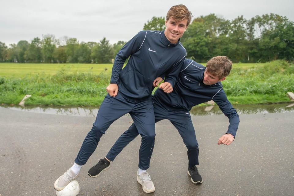 Jip Molenaar (aan de bal) en Krijn Koeweiden voetballend op straat in Broek, waar ze het spelletje geleerd hebben.