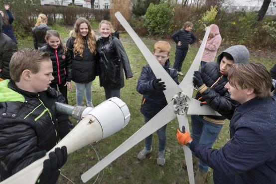 Brugklassers bouwen samen windmolens bij boerderij Hoofddorp