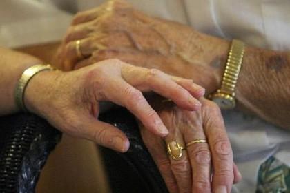 93-jarige Alkmaarse voor ruim een halve ton opgelicht. Ze heeft zelfs spaargeld voor haar begrafenis aangesproken