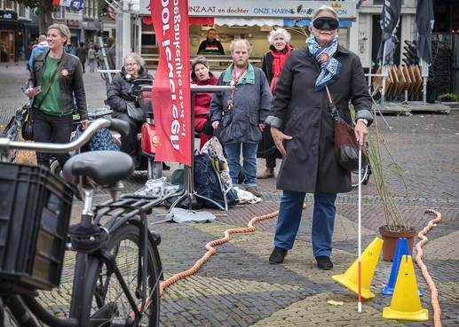 Actie van Haarlemmers met beperking op Grote Markt: 'Hou de stoep vrij alstublieft'
