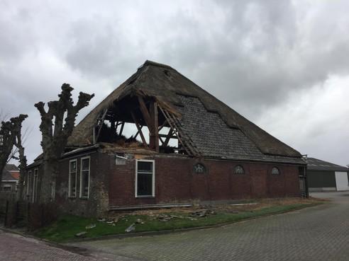Stolpboerderij in De Weere op instorten na zware storm
