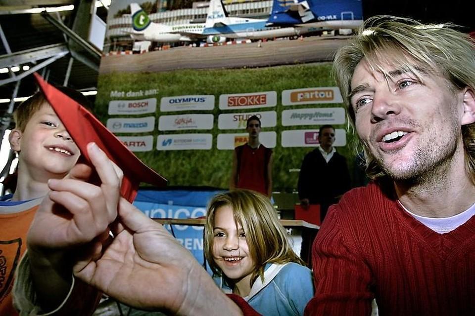 Acteur Antonie Kamerling (rechts) en zijn kinderen Merlijn en Thomas nemen deel aan het kampioenschap vouwvliegtuig gooien.