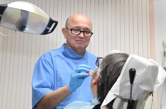 Stoppende Helderse tandprotheticus Flissinger: Vies kunstgebit is echt geen teken van respect